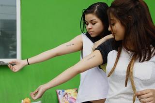 Vanessa Simões e Flora Tubiano mostram tatuagens em homenagem a Katy Perry (Foto: Alessandra Gerzoschkowitz)