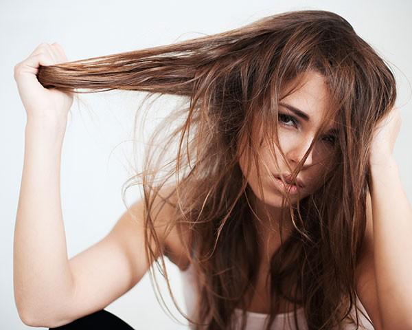 A alopecia afeta 5% das mulheres e caura o rareamento dos fios ao longo do tempo  (Foto: Thinkstock)