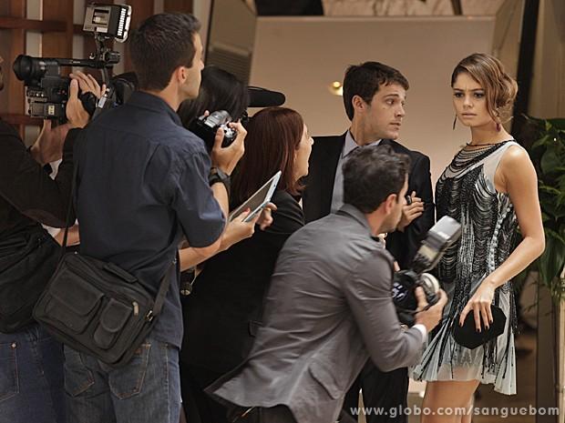 Amora finge não conehcer a garota e ainda chama ela de marginal! (Foto: Sangue Bom/TV Globo)
