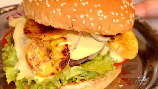 Confira a receita de hambúrguer com carne seca e banana; assista ao vídeo
