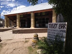 O Tibet Bar, em Uspallata, na Argentina, com decoração inspirada no longa 'Sete anos no Tibet', rodado no local (Foto: Cauê Muraro/G1)