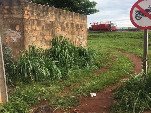 Polícia procura jovem suspeito de matar o padrasto a tiros em Goiânia, Goiás (Foto: Patrícia Bringel/TV Anhanguera)