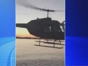 Helicóptero faz manobra bem próximo da embarcação (Foto: Reprodução / TV TEM)