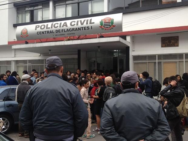 Com delegacia lotada, PM fez cordão de isolamento até que os 119 manifestantes fossem identificados pela Polícia Civil (Foto: Tatiana Santiago/G1)