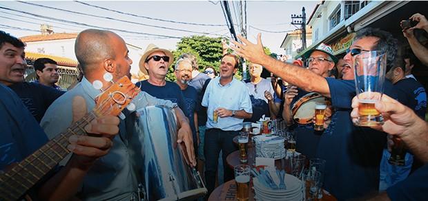 """TIRA-GOSTO O prefeito Eduardo Paes no bar Cachambeer, um reduto do samba. Ele diz que se pudesse iria mais – mas Cristiane, a mulher, é """"jogo duro"""" (Foto: Evandro Teixeira/ÉPOCA)"""