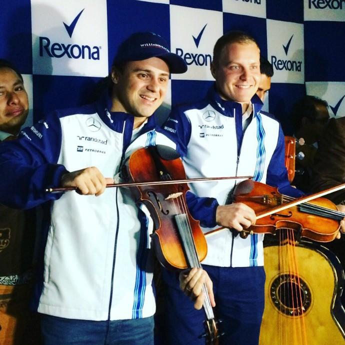 Felipe Massa e o companheiro Valtteri Bottas se arriscaram no violino (Foto: Reprodução/Twitter)