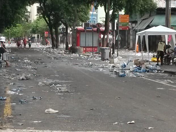 Lixo acumulado na Rua Uruguaiana (Foto: Alessandra Pontes)
