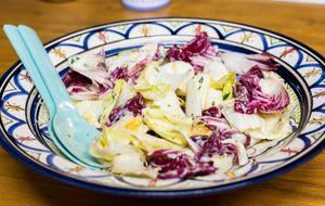 Salada de endívias com laranja e molho de iogurte com hortelã