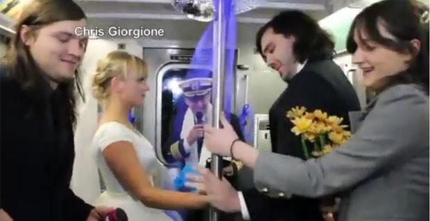 Hector Irakliotis e Tatyana Sandler se casaram no metrô de NY (Foto: Reprodução/YouTube/Dmx007)