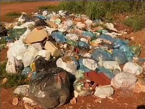 Lixo se acumula no setor Sol Nascente II, em Palmas (Foto: Reprodução/TV Anhanguera)