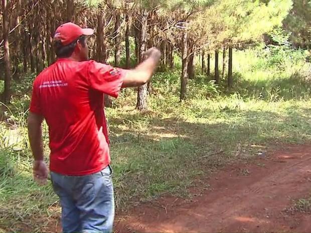 Integrante do MST mostra local onde trabalhadores sem-terra foram mortos pela polícia em Quedas do Iguaçu (PR) (Foto: Reprodução / RPC)