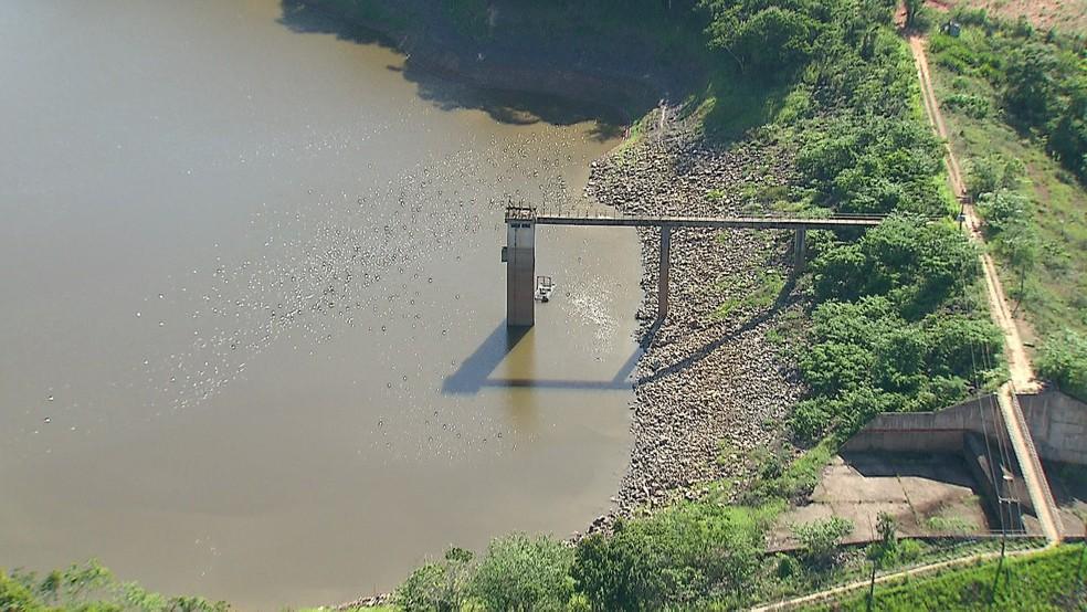 Nível baixo da barragem de Botafogo, que responde por 50% da oferta de água nas quatro cidades, motivou a medida  (Foto: Reprodução/TV Globo)