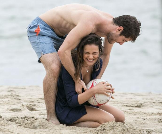 """Mari segura a bola e brinca com Ben: """"Pronto, acabou a brincadeira"""" (Foto: Raphael Dias/Gshow)"""