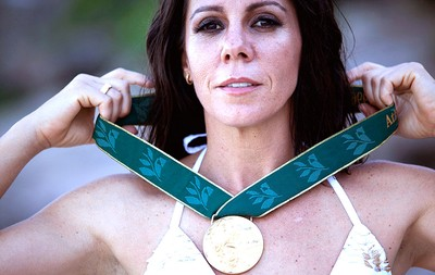 Sandra Pires ensaio 40 anos medalha (Foto: Divulgação)