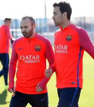 De volta, Iniesta aparece ao lado de Busquets no treino do Barcelona nesta quinta  (Foto: Miguel Ruiz / FC Barcelona)