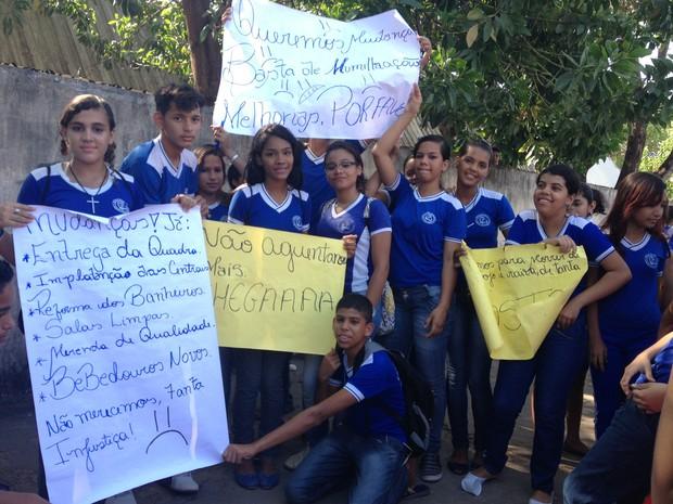 Alunos reivindicam melhorias e ameaçam voltar para as salas somente após reforma da escola (Foto: Arquivo pessoal)