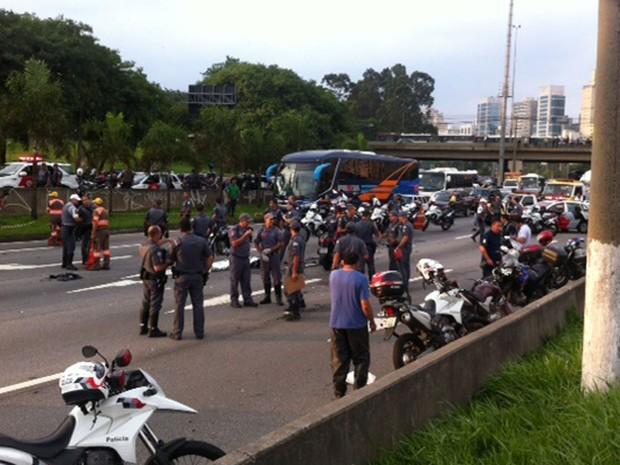 Perseguição policial fecha Marginal Pinheiros, em São Paulo (Foto: Roney Domingos/G1)