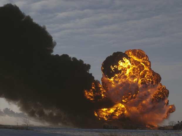 Explosão provocou gigantesca bola de fogo. (Foto: Bruce Crummy / AP Photo)