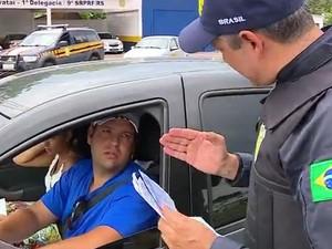 Policiais orientam turistas em solo gaúcho (Foto: Reprodução/RBS TV)