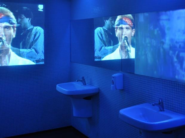 O banheiro da exposição recebeu projeções de shows de Cazuza (Foto: Guilherme Tosetto/G1)