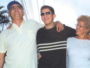 Pedro Rosalino Braule Pinto, o Pedrinho, com os pais - sequestrado por Vilma Martins (Foto: Sebastião Nogueira/O Popular - 22/02/2003)