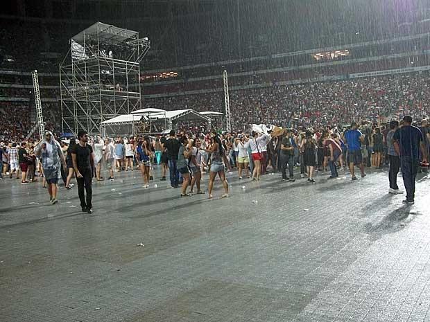 Chuva atrasou show de Beyoncé em Brasília em cerca de uma hora e meia. (Foto: Isabella Formiga / G1)