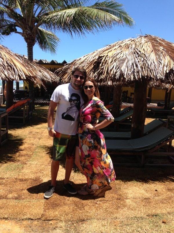 Solange Almeida e o marido,  Wagner Miau, em praia do Nordeste (Foto: Divulgação)