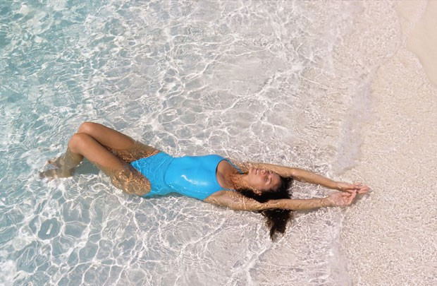 Previna-se de possíveis infecções que podem ser causadas em contato com a areia e água do mar (Foto: Thinkstock)