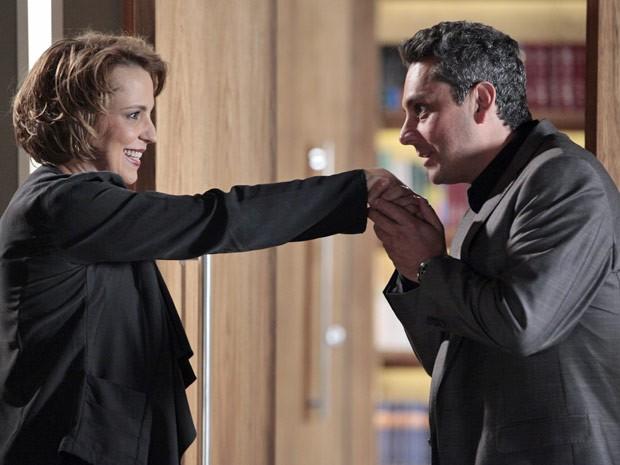 Galanteador, Stênio parte para cima de Rachel  (Foto: Salve Jorge/TV Globo)