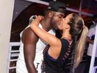 Uau! Rafael Zulu dá beijão na namorada em show no Rio
