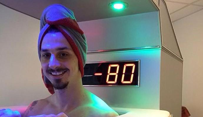 Ibrahimovic testa máquina para recuperação mais rápida (Foto: Reprodução )