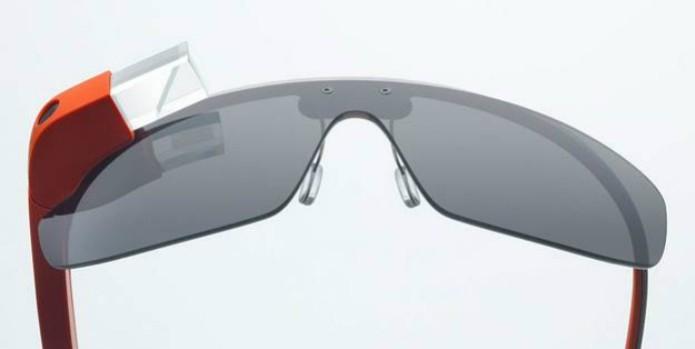 Google Glass 2.0 traz lentes escuras e fones de ouvido como novidades (Foto: Divulgação/ Google)