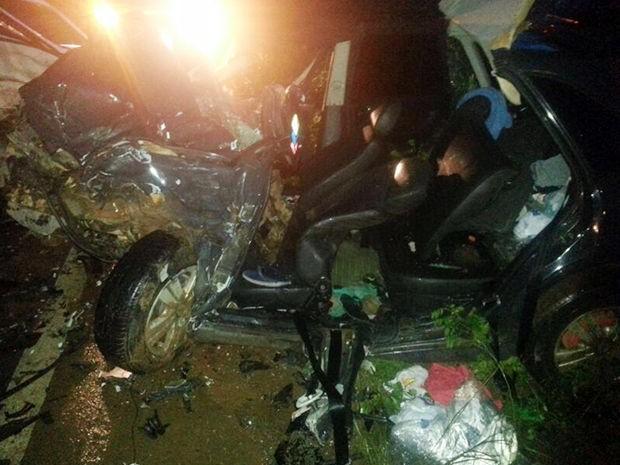 Motorista de 30 anos morreu preso nas ferragens do veículo. (Foto: Arielton Monteiro/ Bombeiros)