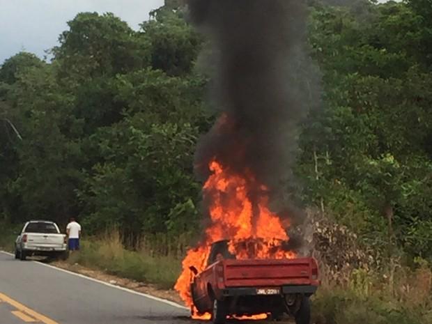 Carro pegou fogo a 19 km da sede de Pacaraima (Foto: Divulgação/Corpo de Bombeiros)