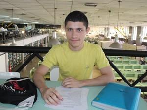 Estudante disse que participar de grupo de discussão e fazer laboratório de redação lhe ajudou  (Foto: Gilcilene Araújo/G1)