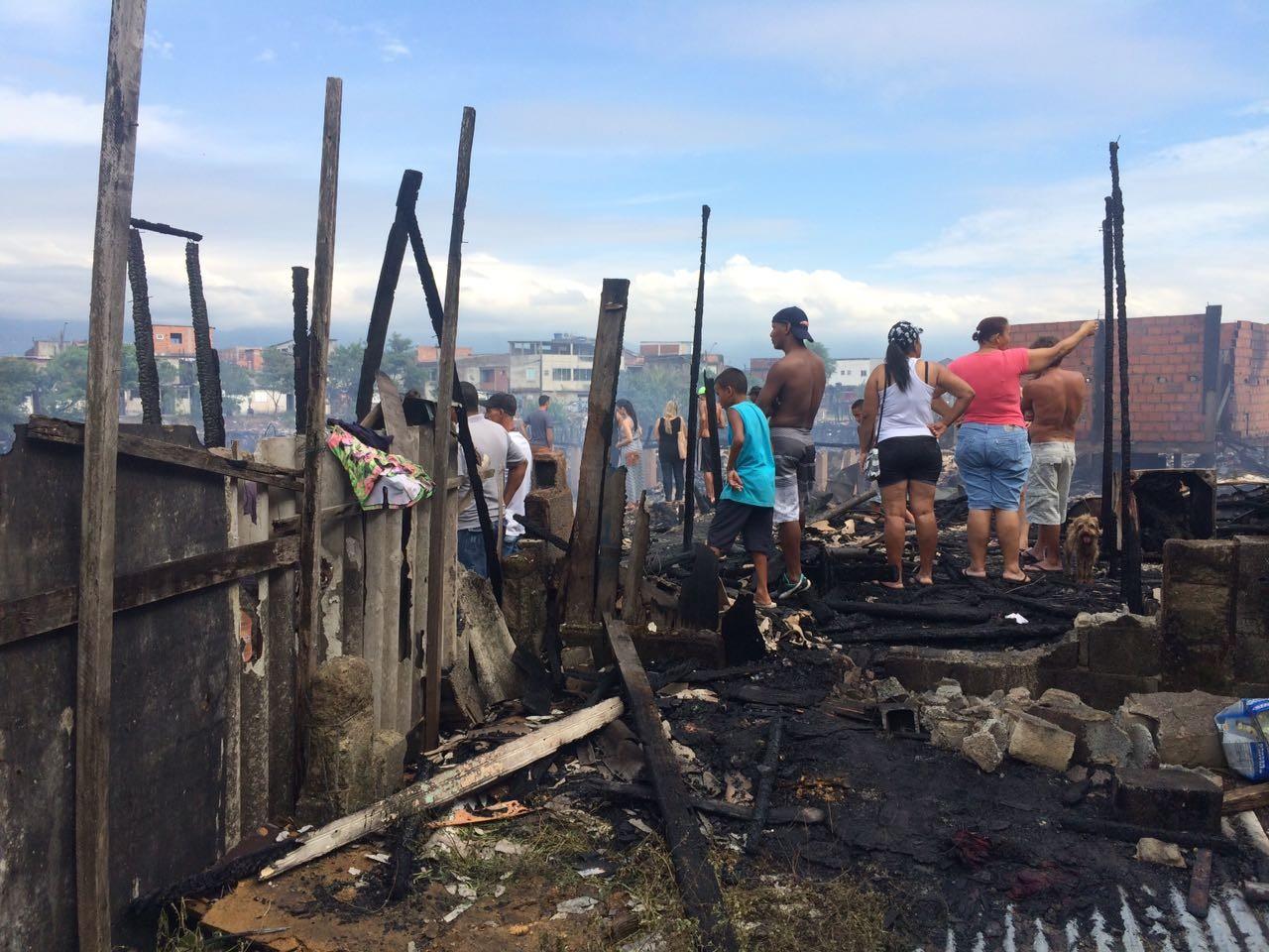 Incêndio atinge comunidade em Santos (Foto: Solange Freitas)