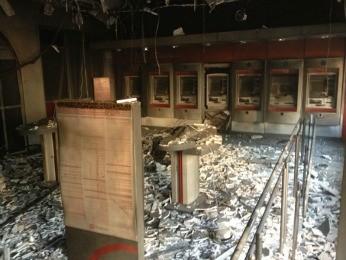 Suspeitos explodiram caixas eletrônicos de agência bancária em Paulista, PE (Foto: Kety Marinho/TV Globo)