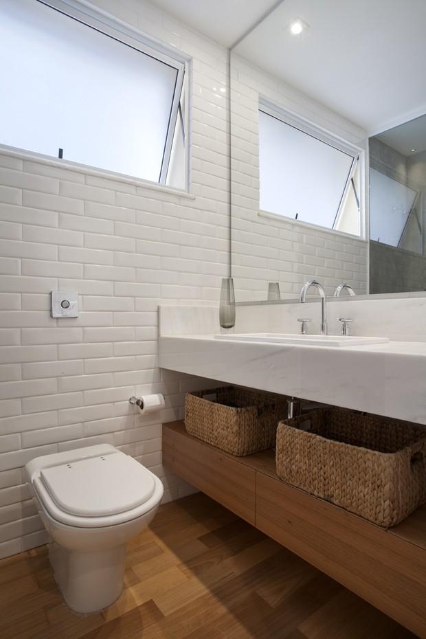 Apartamento tem parede de tijolinho e decoração colorida  Casa e Jardim  De -> Casas Da Agua Pia De Banheiro