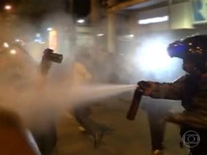 Imagens mostram PM usando spray de pimenta contra jornalistas no Rio (Foto: Reprodução/TV Globo)