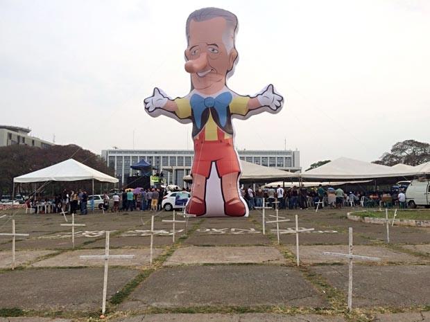 Boneco inflável Enrollemberg, criado pelo Sinpol para protestar por reajuste para policiais civis do DF, em frente ao Palácio do Buriti (Foto: Mateus Vidigal/G1)