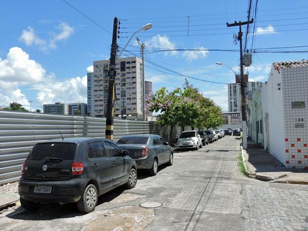 Rua Rocha Pita, na esquina do restaurante de Geraldo, é a divisa entre o casario protegido e a obra da nova igreja. Antes mesmo de a obra ficar pronta, já virou estacionamento (Foto: Marina Barbosa / G1)