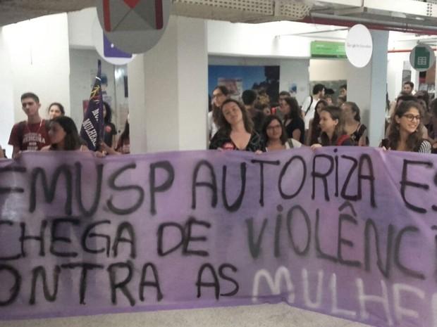 Grupo protesto na Faculdade de Medicina da USP (Foto: Paula Paiva Paulo/G1)