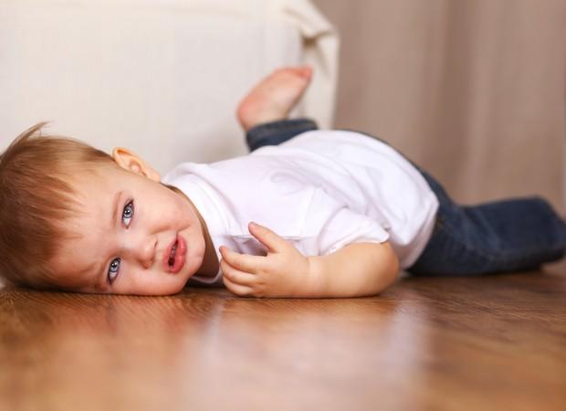 Menino se joga no chão, chora e faz birra (Foto: Thinkstock)