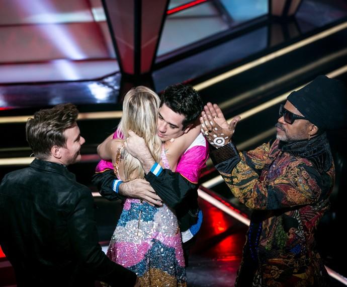 Teló ri de brincadeira com Brown enquanto Flausino abraça Luiza  (Foto: Isabella Pinheiro / Gshow)