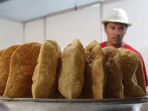 A bandeja do pasteleiro Leandro está cheia: movimento fraco na segunda-feira (Foto: Clayton Castelani/ G1)