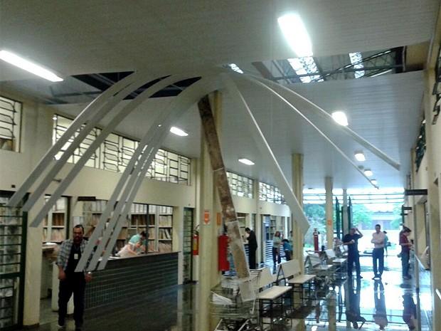 Cobertua do teto desaba na área de cartórios da Cidade Judiciária, em Campinas (Foto: VC no G1)
