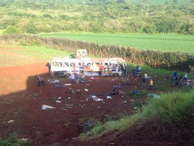 PRF fala em 10 mortos, já a empresa Expresso Maringá informou que oito pessoas morreram (Foto: Marco Mattos/ RPC Maringá)