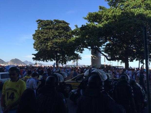Grupo de argentinos invade Praia de Copacabana (Foto: Matheus Rodrigues/ G1)