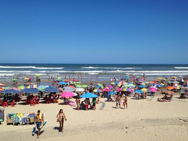 Com tempo bom, beira da praia ficou lotada em Capão da Canoa (Foto: Roberta Salinet/RBS TV)