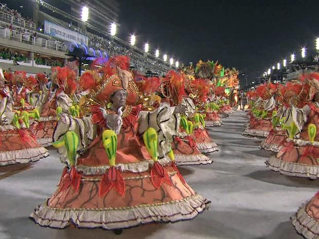 EM CIMA DA HORA - Baianas desfilam na Sapucaí; escola comemora 55 anos neste ano (Foto: Reprodução/TV Globo)